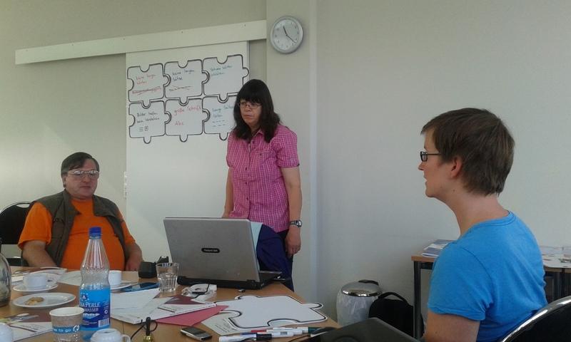 Ein Teilnehmer vom Integral e. V., Anette Bourdon von Mensch zuerst e. V. und Ricarda Kluge vom Netzwerk Leichte Sprache.
