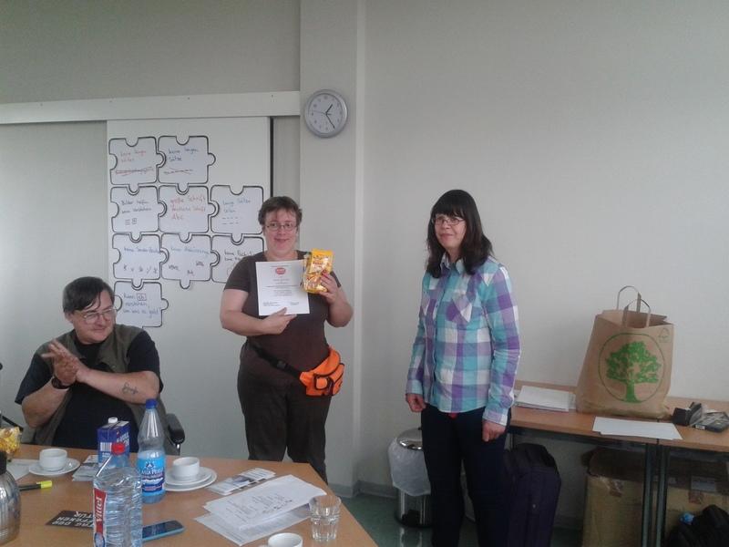 Eine Teilnehmerin erhält ihr Zertifikat.