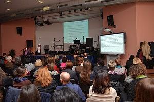 Vortragsraum mit Sicht von hinten aus dem Publikum.